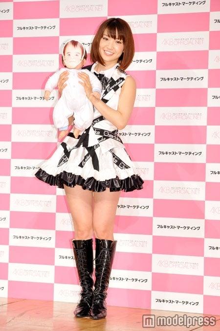 赤ちゃんを抱くAKB48大島優子