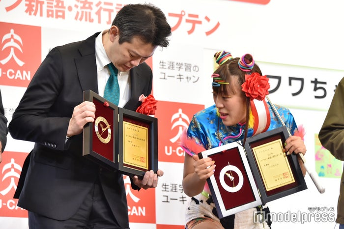 「週刊少年ジャンプ」編集長・中野博之氏に「なにで取ったの?」と聞くフワちゃん(C)モデルプレス