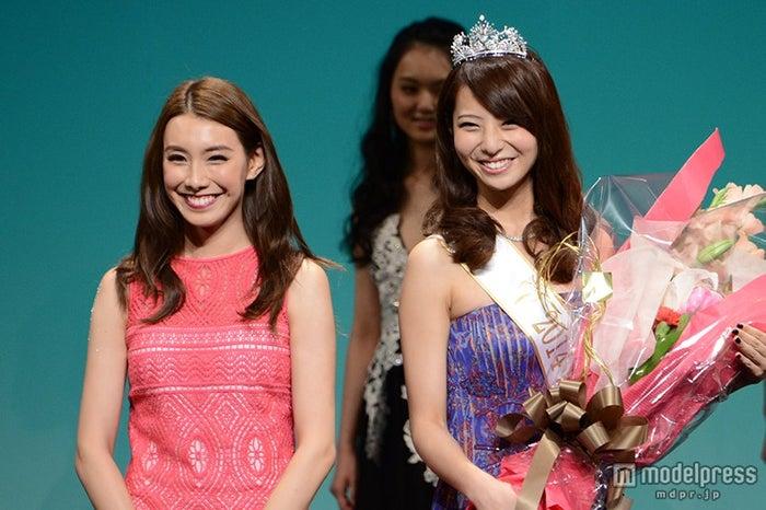 2013ミス・アース・ジャパンの堀川優(左)、2014ミス・アース・ジャパンの永田怜奈(右)