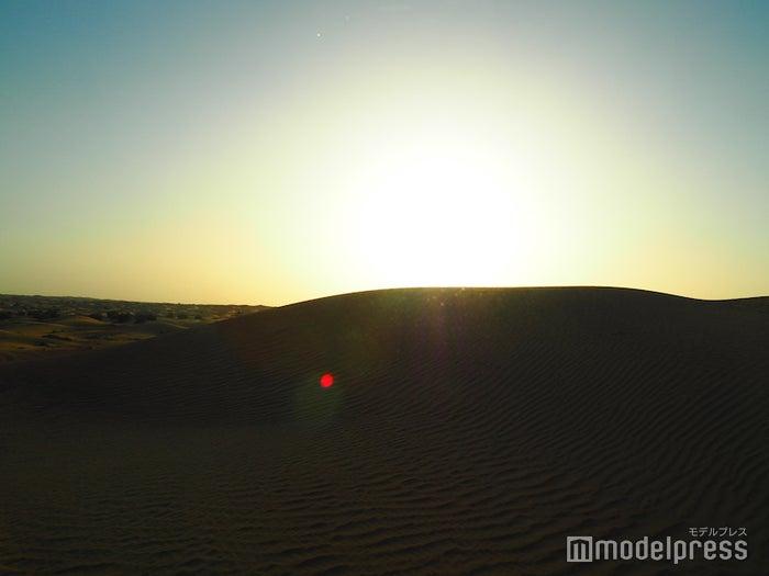 砂漠に沈む夕日は幻想的で美しい光景(C)モデルプレス