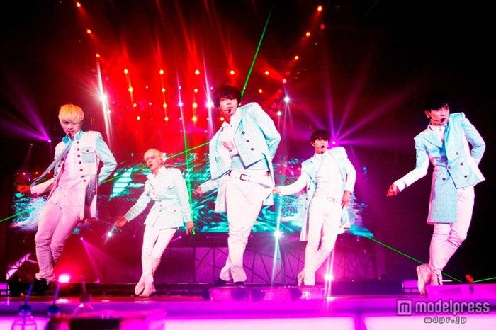 「JAPAN ARENA TOUR SHINee WORLD 2013 ~Boys Meet U~」のファイナル公演を開催したSHINee(左から:オンユ、ジョンヒョン、テミン、ミンホ、キー