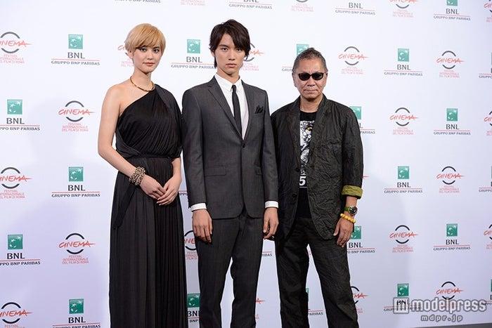 (左から)山崎紘菜、福士蒼汰、三池崇史監督