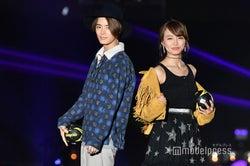 (左)塩野瑛久 (C)モデルプレス