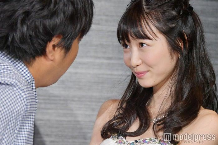 岡本夏美、顔面急接近 (C)モデルプレス