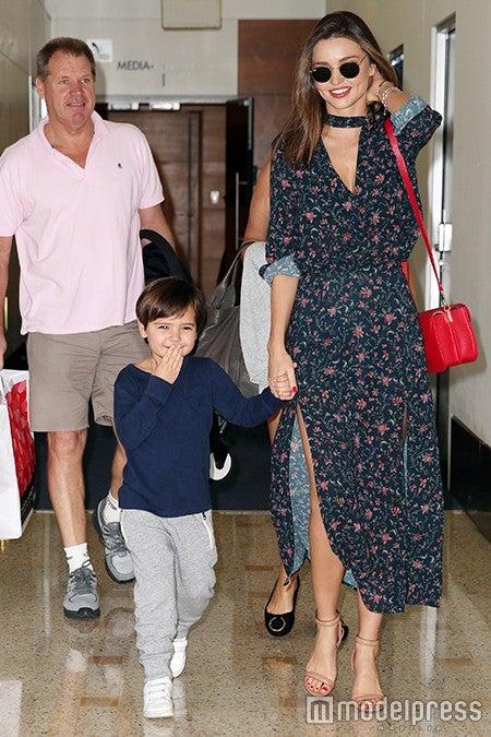 """愛息子フリンくんと一緒のときも""""ロマンティックフェミニン""""を着こなしたミランダ・カー/photo:Getty Images"""