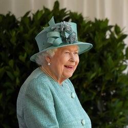 エリザベス女王がジンを発売、バッキンガム宮殿の庭園で手積みされた植物を配合