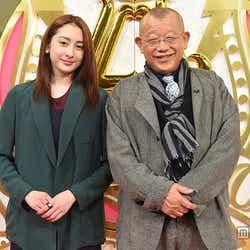 早見あかり(左)と笑福亭鶴瓶(右)/(C)TBS【モデルプレス】
