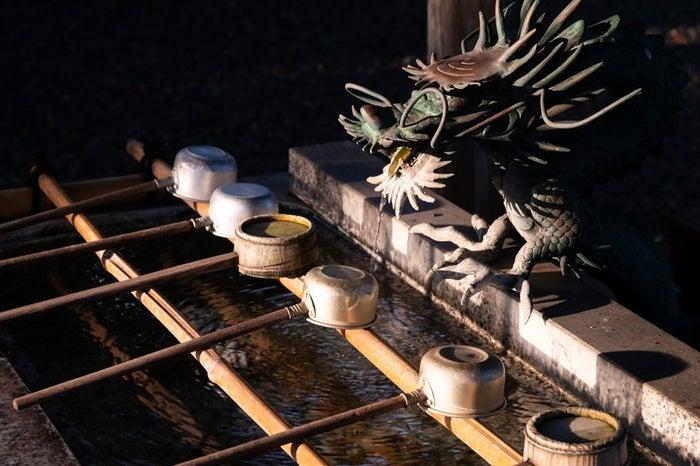 今年から各地の寺社で手水舎の撤去・封鎖が目立つ(photo by ぱくたそ)