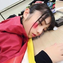 おもしろメイクのまま寝落ちした与田祐希(撮影:久保史緒里/提供写真)