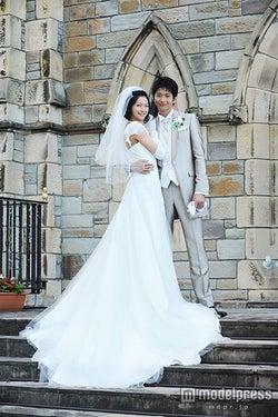 モデルプレス - 向井理&榮倉奈々、高身長カップルの美しすぎるウェディングショット解禁