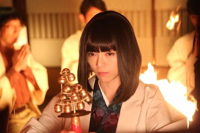ゲスト出演する釈由美子/「貴族探偵」第4話より(画像提供:フジテレビ)