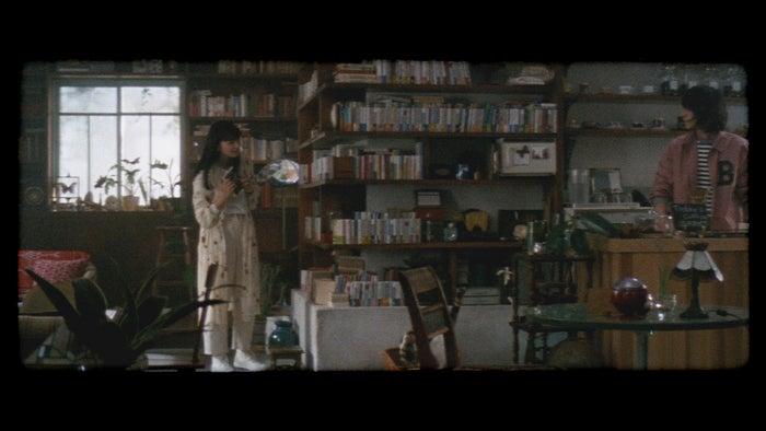 菅田将暉&小松菜奈「君とノートとコーヒーと」より(提供画像)