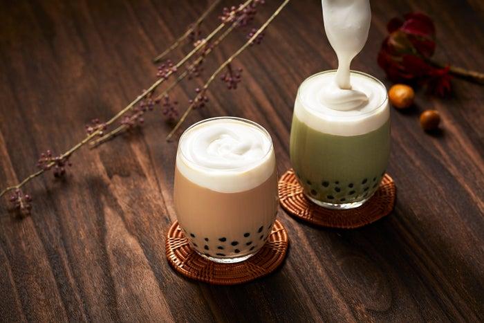 「パイフェイス」チーズクリーム タピオカミルクティ(左)、チーズクリーム タピオカ抹茶ミルク(右)/画像提供:ダスキン