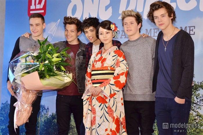 初来日イベントにて(左から)リアム、ルイ、ゼイン、堀北真希、ナイル、ハリー