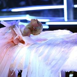 レディー・ガガ、天使に 力強い歌声とメッセージで魅了<第60回グラミー賞>