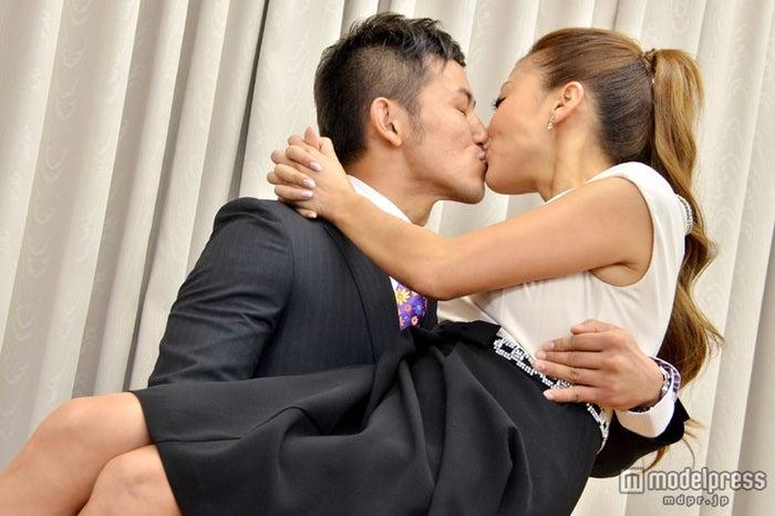 お姫様抱っこでキス