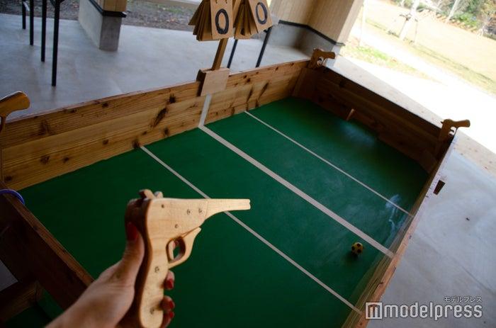 ゴム銃で遊ぶサッカーゲーム(C)モデルプレス
