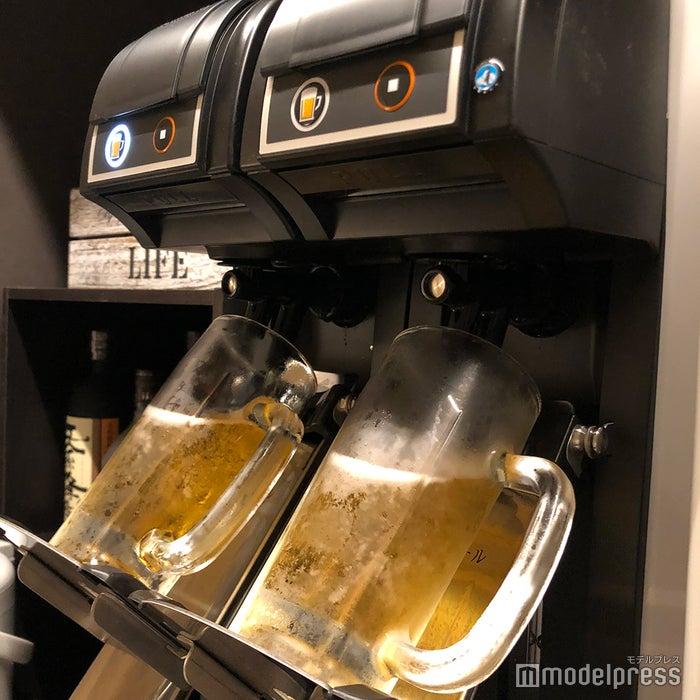 レセプション脇にある飲み放題のビールサーバー(C)ビューティーガール