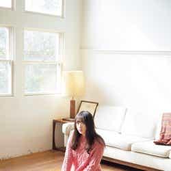 モデルプレス - 欅坂46渡辺梨加、ニットワンピでリラックスモード 美脚もチラリ