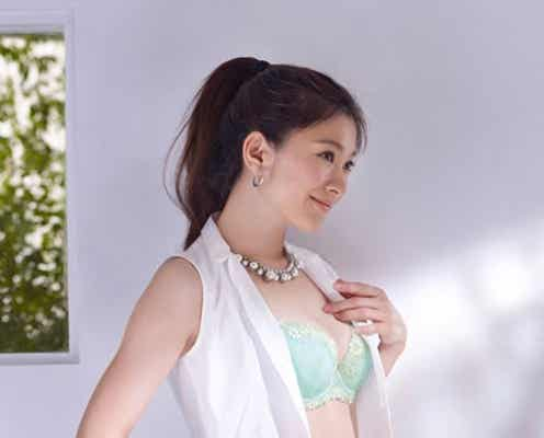 篠原涼子、ブラジャー×ブラウスで美バストをアピール