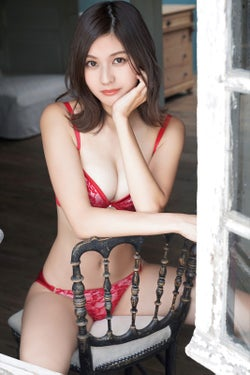 """林ゆめ、Fカップ美バストで悩殺 SEXY""""彼シャツ風""""ショットも<アザーカット到着>"""