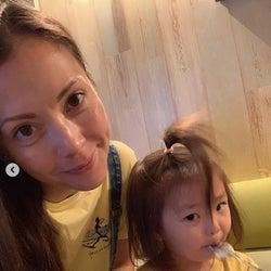 土屋アンナ、長女との親子コーデ2ショット公開に反響「可愛い親子」「似合ってますね」