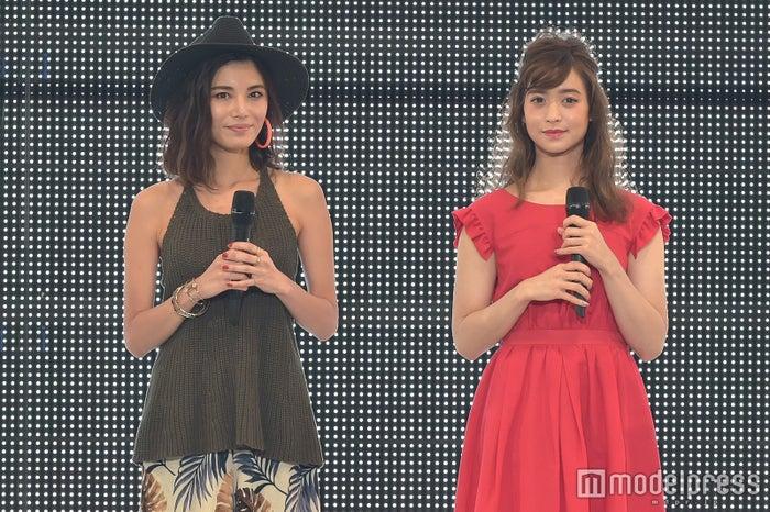 (左から)島袋聖南、野崎萌香(C)モデルプレス