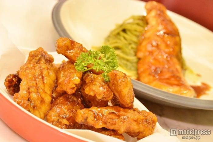 (手前から)「Crispy Duck with Chilli」190バーツ、「Spaghetti Pesto Salmon Teriyaki」360バーツ