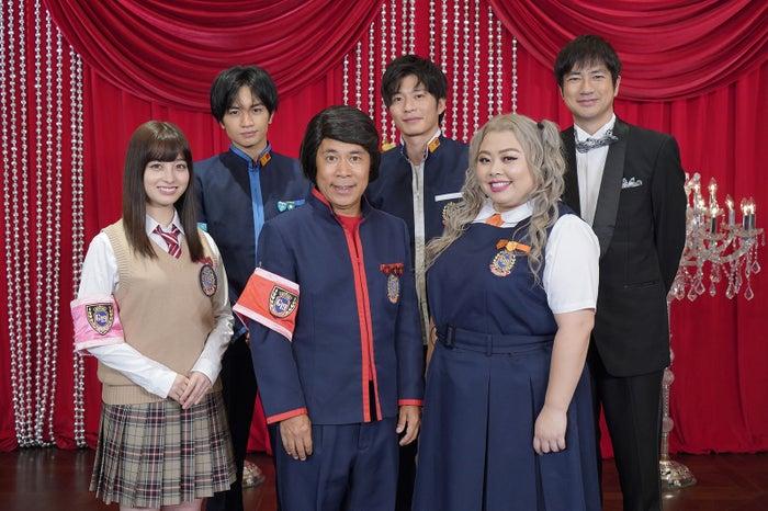 (前列左から)橋本環奈、岡村隆史、渡辺直美(後列左から)中島健人、田中圭、羽鳥慎一(C)日本テレビ