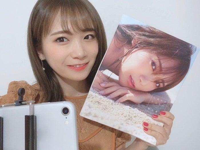 秋元真夏さんが「ネットニュース用に」と配信中に撮影してくれた自撮り写真(提供写真)