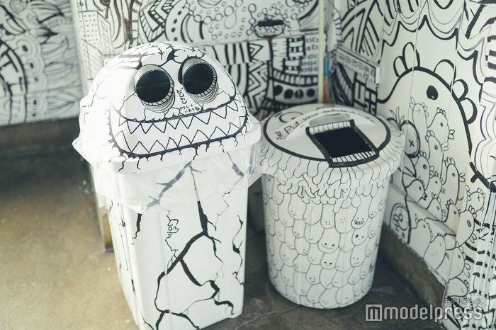 駅内の椅子だけでなくゴミ箱や備品にもたくさんのアートが (C)モデルプレス