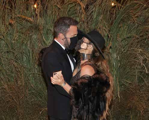 ジェニファー・ロペスとベン・アフレック、マスク越しにキス。【METガラ2021】