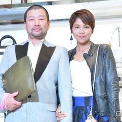 木村祐一夫妻、結婚会見以来初の2ショット 腕組でラブラブアピール