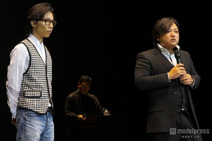 「永久の夢/きずな」で歌手デビューを果たす久積篤史(左)、作詞を担当した与沢翼(右)