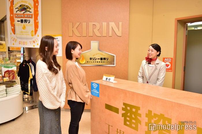 「キリンビール取手工場」の工場見学受付でガイドさんがお出迎え(C)モデルプレス