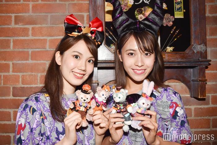 ぬいぐるみバッジ(各¥2,000)/モデル:(左から)松田佳奈子、山本沙樹(C)モデルプレス(C)Disney