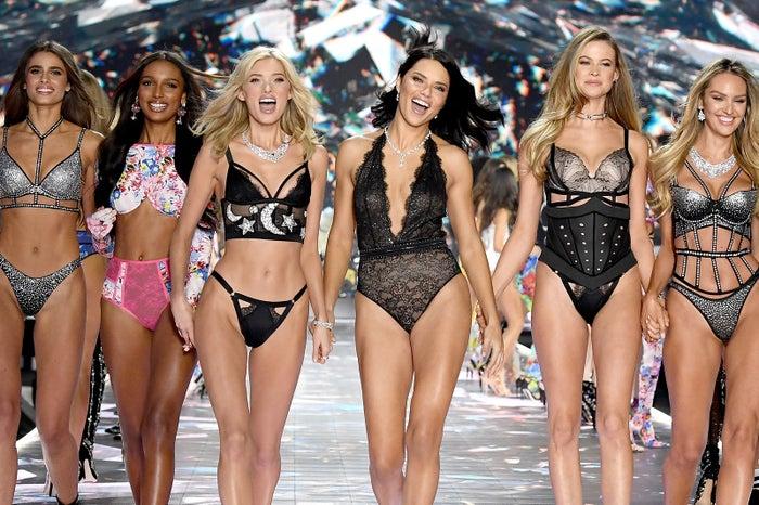 テイラー・ヒル、ジャスミン・トゥークス、エルザ・ホスク、アドリアナ・リマ、ベハティ・プリンスルー、キャンディス・スワンポール(Victoria's Secret Fashion Show 2018)/photo:Getty Images