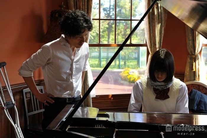 橋本愛(右)と清塚信也(左)/映画「さよならドビュッシー」より