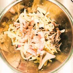 手順1:舞茸、ベーコン、材料を混ぜる/画像提供:柏原歩