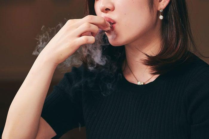 口に含むと煙が出る液体窒素を通したメレンゲ 喰種レストラン/画像提供:アフロ&コー