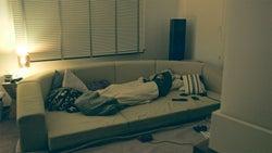 プレイルームで寝るまや「TERRACE HOUSE OPENING NEW DOORS」43rd WEEK(C)フジテレビ/イースト・エンタテインメント