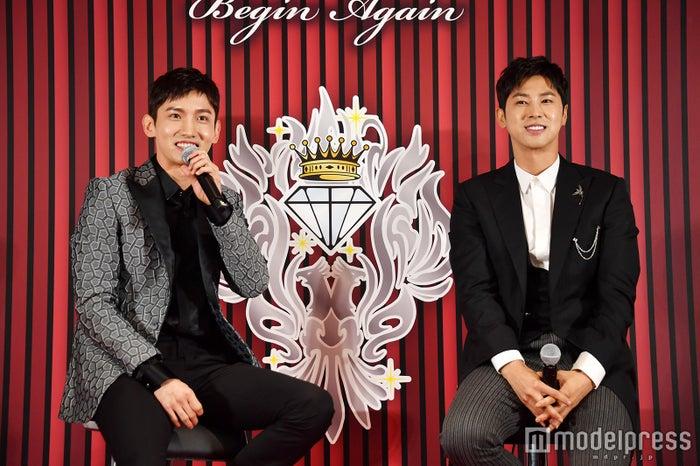 会見を行った東方神起(左から)チャンミン、ユンホ(C)モデルプレス