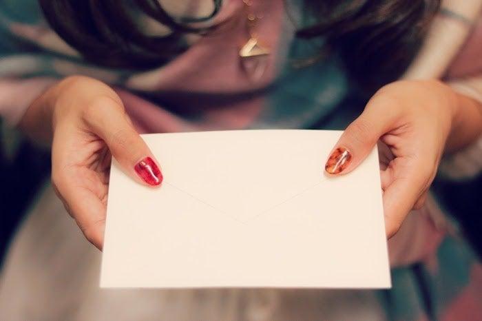 手紙を添えて渡せば本気度がより伝わるかも/photo by GIRLY DROP