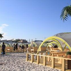 """東京・立川に南国ビーチパーク「タチヒビーチ」が誕生 BBQに砂風呂…""""海のない""""異色のリゾート空間"""