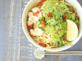 【10分レシピ】インスタント麺をエスニックヌードルにヘルシーアレンジ!