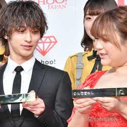 お互いのトロフィーを見せ合う横浜流星、りんごちゃん (C)モデルプレス