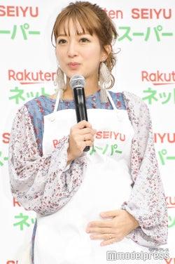 第4子妊娠中の辻希美、ふっくらお腹で登場 出産控えた心境を明かす