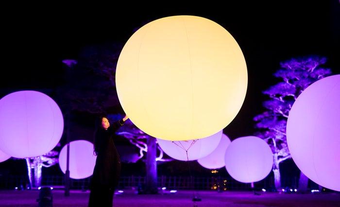 浮遊する、呼応する球体/画像提供:チームラボ