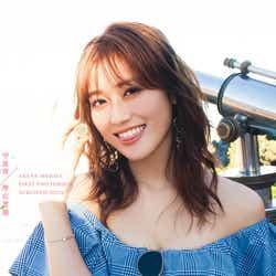守屋茜1st写真集「潜在意識」Loppi・HMV版表紙(撮影/桑島智輝)