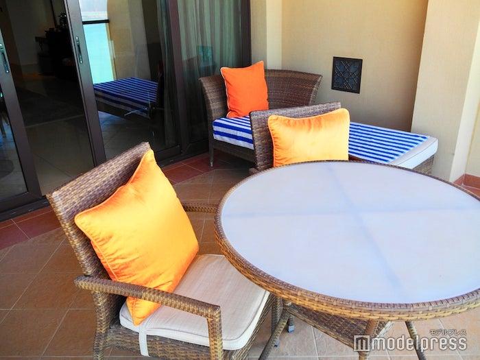 部屋のバルコニーに用意されたテーブルとソファ(C)モデルプレス